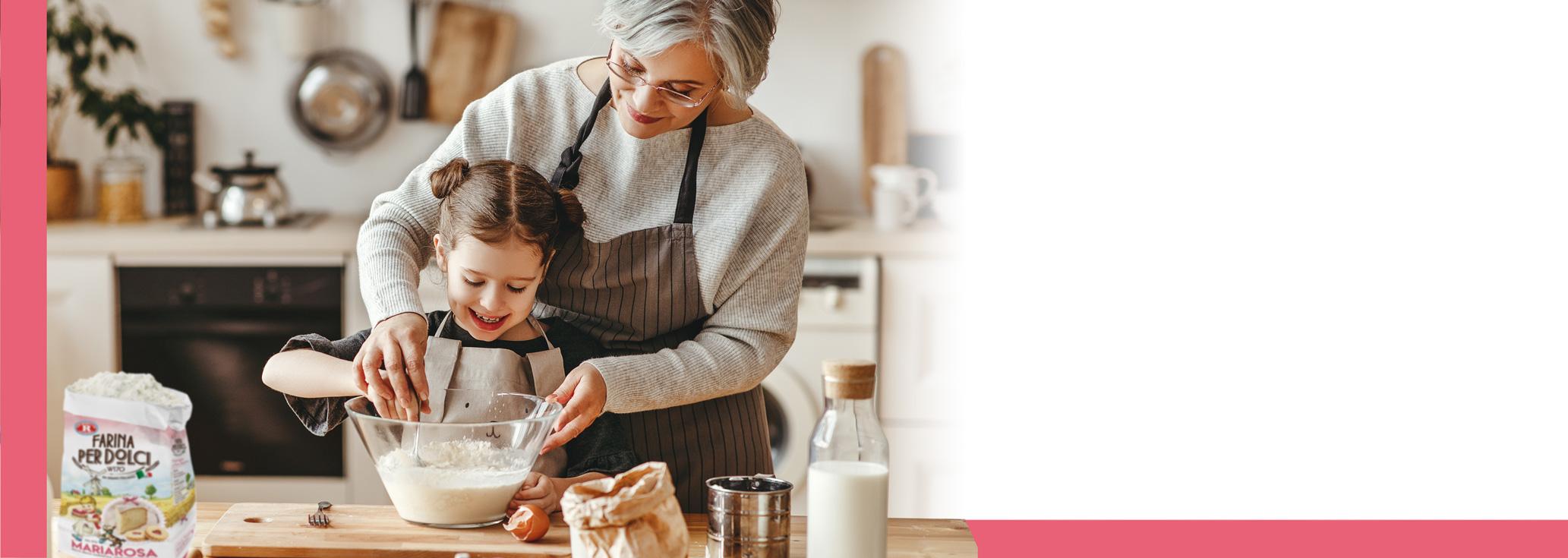 nonna e bambina che impastano la farina Mariarosa