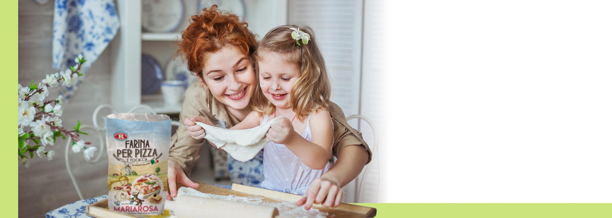 Mamma e figlia che impastano la farina Mariarosa